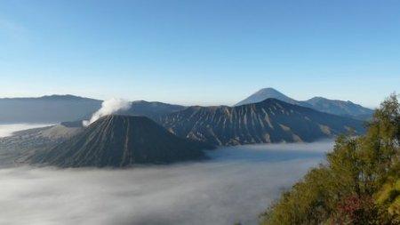 Индонезийские власти советует держаться подальше от вулкана