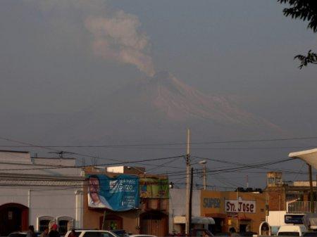 Активность мексиканского вулкана Попокатепетель вызывает беспокойство: фоторепортаж