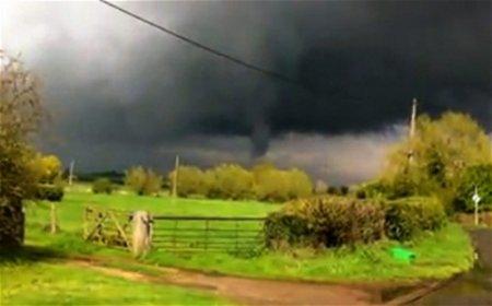 Над английских графством пронесся торнадо