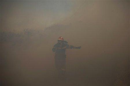 Пожарные борются с возгоранием возле Афин