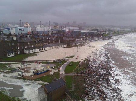 Британская деревня покрылась морской пеной