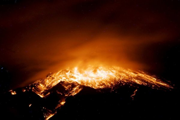 Эквадор ожидает мощное извержение вулкана Тунгурауа
