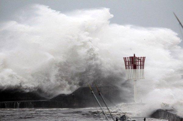 На острова Реюньон налетел сильный циклон