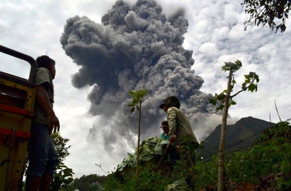 Вулканический индонезийский дуэт принес много проблем местным жителям